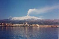 Veduta di Riposto dal mare con l'Etna e il  classico pennacchio di fumo. (2003)  - Riposto (13800 clic)