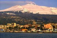 Riposto, panorama dal porto con l'Etna innevata. (2oo3)  - Riposto (8415 clic)