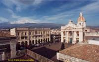 Veduta di Piazza S. Pietro con Basilica dedicata al Santo Patrono e Palazzo Municipale. (2003)  - Riposto (5943 clic)