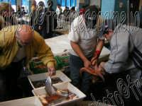 Mercato del pesce e vendita al dettaglio del pescato locale. Pescheria di Riposto (CT). 2oo5  - Riposto (5211 clic)