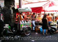 Tipico carrettino per la vendita di granite e gelati.(2oo5)  - Catania (5112 clic)