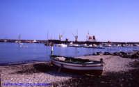 Spiaggia di Riposto, con barca tipica del luogo. (2004)  - Riposto (3315 clic)