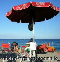 Spiaggia di Fondachello, tutto può accadere sotto il vigile controllo dei bagnini.(2oo5)  - Fondachello di mascali (5290 clic)