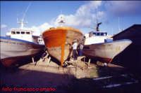 Operai a lavoro per la riparazione di barche presso i cantieri navali di Riposto. (2004)  - Riposto (2510 clic)