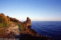 Torretta d'avvistamento a strapiombo sul mare. (2004)   - Santa tecla (8880 clic)