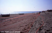 Reti stese ad asciugare sulla spiaggia di Fondachello. (2004)  - Fondachello di mascali (6415 clic)