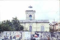 Antico faro ormai in disuso, posto all'ingresso del porto di Riposto. (2004)   - Riposto (2454 clic)