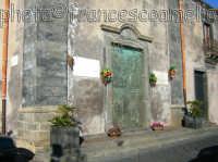 Chiesa madre della Madonna del Rosario, particolare della facciata e del portone in bronzo.(2oo6)   - Torre archirafi (5458 clic)