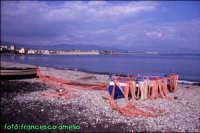 Spiaggia di Riposto anni '80, con barche tipiche e reti stese ad asciugare. (2004)  - Riposto (7692 clic)
