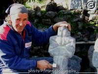 Scultore di opere in pietra lavica. (2005)  - Zafferana etnea (5427 clic)