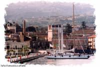 Barche ormeggiate nella banchina del porto turistico, sullo sfondo l'istituto nautico  Luigi Rizzo e gli uffici della dogana.(2004)   - Riposto (2695 clic)