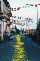 Festa del Corpus Domini (2005) - Il tradizionale tappeto di fiori di giunco e ginestra in via G. Marconi.  - Zafferana etnea (2446 clic)