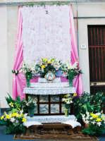 Festa del Corpus Domini (2005) - Un altarino in via G. Marconi.  - Zafferana etnea (3780 clic)