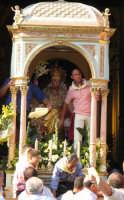 Festa di S. Margherita V. e M. (07.08.2005) - L'uscita del simulacro della Patrona sul suo fercolo.  - Pozzillo (6530 clic)