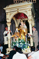 Festa della Madonna del Carmelo (18.07.2005) - Il rientro del fercolo in Chiesa dopo il giro processionale.  - Pisano etneo (5830 clic)