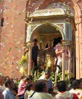 Festa di S. Margherita V. e M. (07.08.2005) - L'uscita del simulacro della Patrona sotto una pioggia di carte colorate.  - Pozzillo (6046 clic)