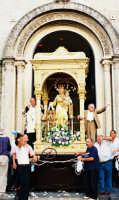 Festa della Madonna del Carmelo (18.07.2005) - L'uscita festosa del fercolo con il simulacro della Madonna dalla Chiesa di S. Giuseppe.  - Pisano etneo (4989 clic)