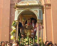 Festa di S. Margherita V. e M. (07.08.2005) - Il fercolo della Santa sosta davanti alla chiesa durante lo sparo dei fuochi d'atificio.  - Pozzillo (7030 clic)