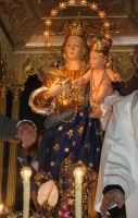 Festa della Madonna della Provvidenza (16.08.05) - Il simulacro ottocentesco della Madonna sul fercolo durante il giro processionale.  - Zafferana etnea (3149 clic)