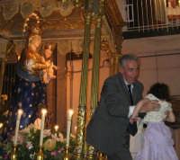Festa della Madonna della Provvidenza (16.08.05) - L'offerta dei bambini durante il giro processionale.  - Zafferana etnea (2412 clic)