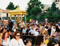 Festa della Madonna del Rosario (11.07.2005) - Il fercolo della Madonna viene condotto per le vie del paese.  - Fleri (5597 clic)