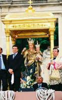 Festa della Madonna del Rosario (11.07.2005) - L'uscita del fercolo col simulacro ottocentesco della Madonna.  - Fleri (7248 clic)