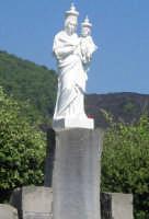 Piano dell'Acqua - Stele votiva della Madonna della Provvidenza, sullo sfondo la colata lavica del 1992.  - Zafferana etnea (4186 clic)