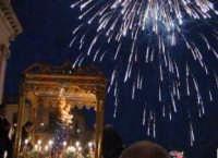 Festa di Maria SS. della Provvidenza (16.08.2005) - La trionfale uscita della Patrona dalla Chiesa Madre, sullo sfondo i fuochi d'artificio.  - Zafferana etnea (2152 clic)