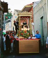 Festa di S. Vincenzo Ferreri (04.07.2005) - Il fercolo del Santo attraversa uno stretto vicolo del quartiere Civita.  - Sarro (5639 clic)