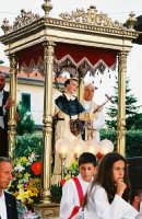 Festa di S. Vincenzo Ferreri (04.07.2005) - La statua del Santo sul suo fercolo condotto in processione per le vie della borgata zafferanese.  - Sarro (6307 clic)