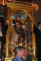 Festa di S. Leonardo Abate (06.11.2005) - La trionfale uscita del fercolo del Santo dalla Chiesa Madre.  - Mascali (7030 clic)