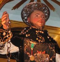 Festa di S. Leonardo Abate (06.11.2005) - Un primo piano del simulacro del Santo posto sul fercolo.  - Mascali (6582 clic)