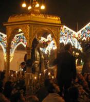 Festa di S. Leonardo Abate (06.11.2005) - Il fercolo del Santo Patrono attraversa la gremita piazza del centro.  - Mascali (6218 clic)