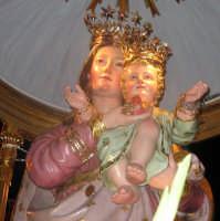 Festa di Maria SS. degli Ammalati(14.08.2005) - Un primo piano del simulacro della Patrona sul fercolo.   - Santa maria degli ammalati (4537 clic)