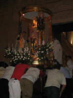 Festa di Maria SS. degli Ammalati(14.08.2005) - Il faticoso rientro del fercolo con la statua della Santa Patrona in Chiesa.  - Santa maria degli ammalati (4793 clic)