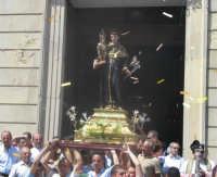 Festa di S. Antonio di Padova (14.08.2005) - L'uscita a spalla del simulacro del Patrono dalla Chiesa Madre.  - Nicolosi (5626 clic)