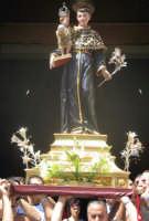 Festa di S. Antonio di Padova (14.08.2005) - L'uscita a spalla del simulacro del Patrono dalla Chiesa Madre.  - Nicolosi (6656 clic)