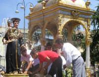 Festa di S. Antonio di Padova (14.08.2005) - Il simulacro del Santo Patrono viene posto sul fercolo.  - Nicolosi (6423 clic)