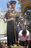 Festa di S. Antonio di Padova (14.08.2005) - Il simulacro del Santo Patrono viene posto sul fercolo.  - Nicolosi (6084 clic)
