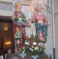 Festa dei SS. Cosma e Damiano martiri(26.09.2005) - L'uscita dei simulacri dei Santi Patroni.  - San cosmo (5571 clic)