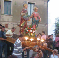 Festa dei SS. Cosma e Damiano martiri(26.09.2005) - I simulacri dei Santi Patroni portati in processione.  - San cosmo (6388 clic)