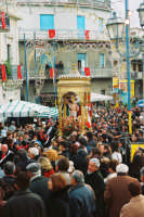 Festa di S. Sebastiano Martire, compatrono (30.01.2005) - Il fercolo del Santo in processione attraversa un'incredibile folla di fedeli.  - Santa venerina (3381 clic)