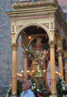 Festa di S. Venera V. e M. (07.08.2005) - L'uscita della Santa Patrona sotto una fitta pioggia di 'nzareddi colorati.  - Santa venerina (3178 clic)
