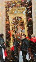 Festa di S. Sebastiano Martire, compatrono (30.01.2005) - L'uscita festosa del simulacro del Santo dalla Chiesa Madre.  - Santa venerina (3306 clic)