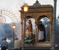 Festa di S. Venera V. e M. (07.08.2005) - Il fercolo della Santa Patrona sosta sul sagrato della Chiesa Madre.  - Santa venerina (3373 clic)