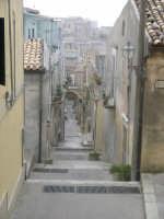 Il caratteristico vicolo che porta alla Chiesa di S. Giovanni Battista (foto ottobre 2005).  - Chiaramonte gulfi (4850 clic)