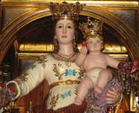 Festa della patrona Maria SS. del Lume(13.11.2005) - Primo piano della statua della Madonna posta sul fercolo.  - Linera (5580 clic)