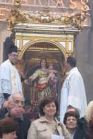 Festa della patrona Maria SS. del Lume(13.11.2005) - Il fercolo della Madonna sosta sul sagrato della chiesa durante il canto dell'inno.  - Linera (5649 clic)