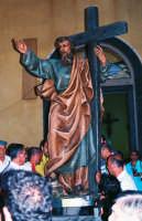 Festa di S. Pancrazio Vesc. e M.(09.07.2005) - Il simulacro del Santo compatrono viene portato in processione.  - Giardini naxos (2988 clic)