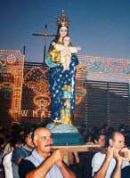 Festa della Madonna della Divina Grazia (03.07.2005) - L'uscita del simulacro della Madonna dalla Chiesa Tenda di via A. Moro  - Santa venerina (4220 clic)